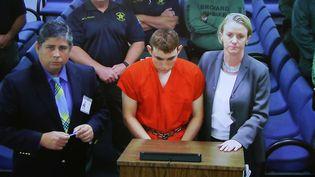 Nikolas Cruz (au centre) comparaît devant un tribunal à Fort Lauderdale, en Floride (Etats-Unis), le 15 février 2018. (SUSAN STOCKER / AFP)