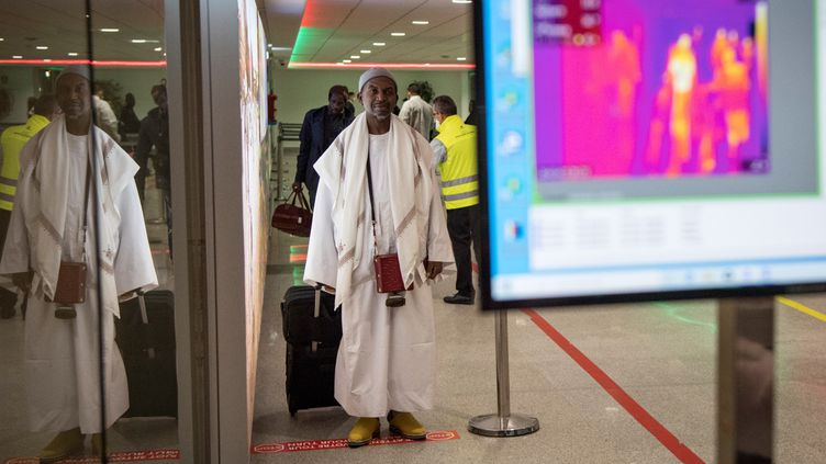 Les personnes en provenance d'Italie sont scannées à leur arrivée à l'aéroport international de Casablanca. Les cas présumés de Covid-19 peuvent être repérés par les couleurs qui s'affichent sur l'écran. Le 3 mars 2020. (FADEL SENNA / AFP)