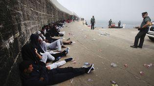 la garde-civile et la Croix rouge espagnoles surveillent à Tarifa (Espagne) les migrants fraîchementdébarqués venant du Maroc, le 16 août2017 (A.CARRASCO RAGEL / EFE / SIPA)