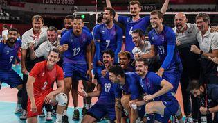 La joie de l'équipe de France après sa victoire face à la Pologne en quart de finale du tournoi olympique. (YURI CORTEZ / AFP)
