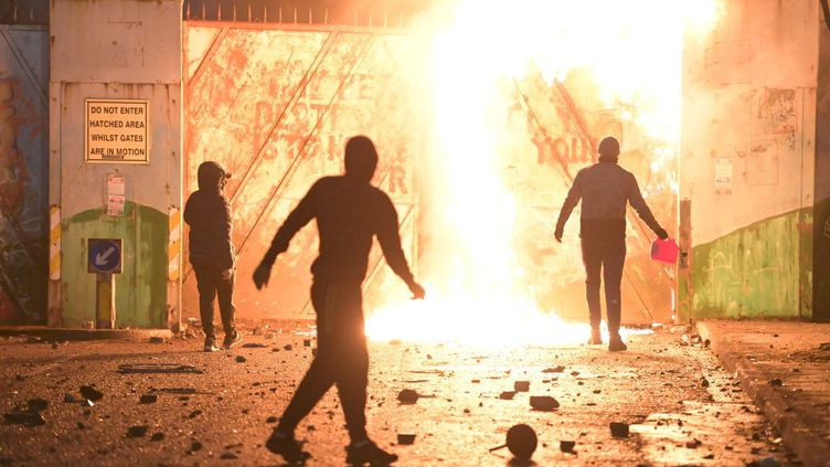 """Des émeutesentre protestants unionistes et catholiques nationalistes devantla porte d'un """"mur de la paix"""", à Belfast (Irlande du Nord, Royaume-Uni), le 7 avril 2021. (CHARLES MCQUILLAN / GETTY IMAGES EUROPE)"""