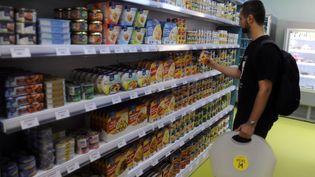 Depuis le dimanche 22 octobre, les commerces alimentaires de Paris peuvent être ouvert le dimanche matin sans compenser par un jour de fermeture en semaine. (Photo d'illustration) (PASCAL PAVANI / AFP)