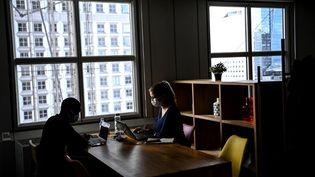 Des salariés travaillent dans le quartier de la Défense (Hauts-de-Seine), le 7 octobre 2020. (CHRISTOPHE ARCHAMBAULT / AFP)