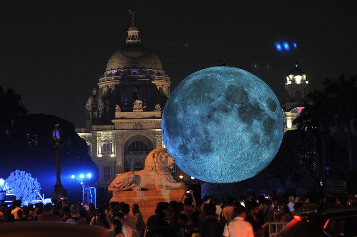 """Museum of the Moon"" de Luke Jerram, Kolkata city, Inde, février 2018  (DEBAJYOTI CHAKRABORTY / NURPHOTO)"