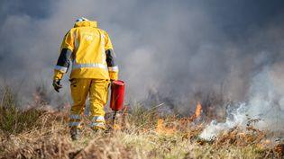 Un pompier luttant contre un incendie, à Serres-sur-Arget (Ariège), le 12 mars 2019. (ROMAIN LONGIERAS / HANS LUCAS)