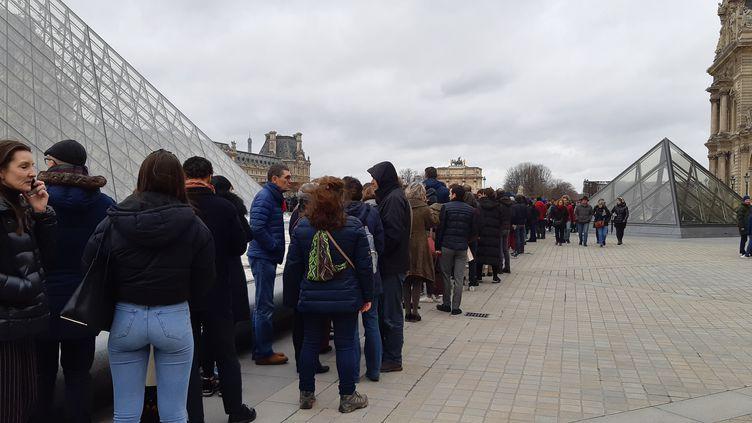 Les employés du musée du Louvre ont exercé leur droit de retrait provoquant des files d'attente de visiteurs, à Paris, le 1er mars 2020. (BENJAMIN  ILLY /RADIO FRANCE)