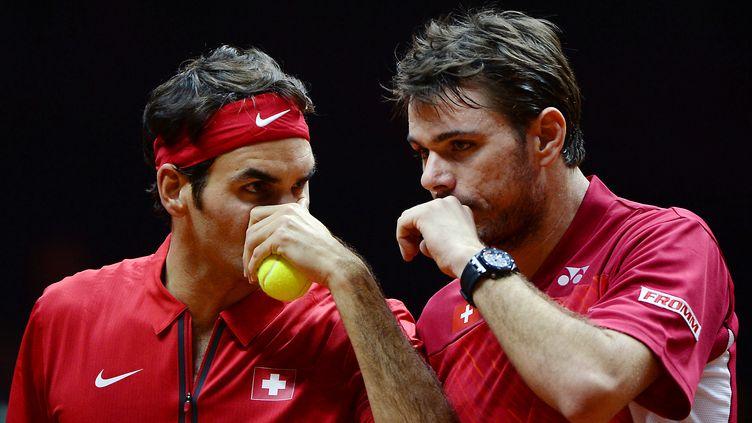 Roger Federer et Stan Wawrinka ont parfaitement manœuvré samedi sur le court du stade Pierre Mauroy pour dominer Richard Gasquet Julien Benneteau en trois sets.  (DENIS CHARLET / AFP)