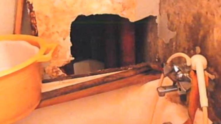 Photo prise en 2010 de la salle de bains d'un logement insalubre de France Habitation, à Asnières (Hauts-de-Seine). ( FRANCE 3 / FRANCETV INFO)