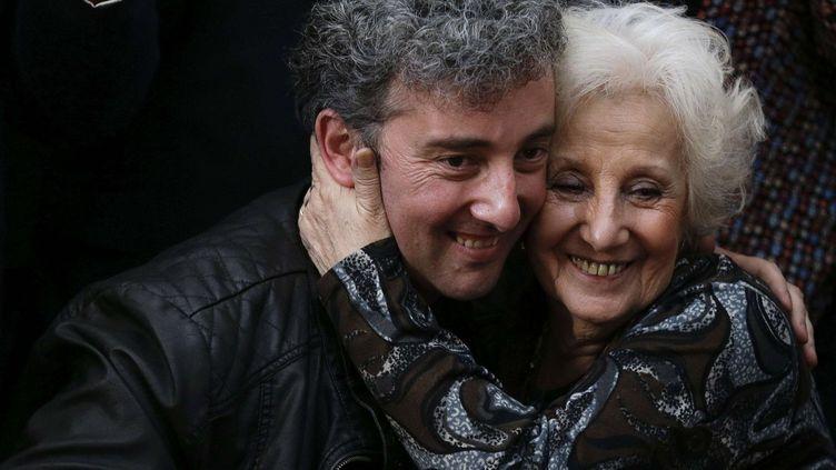 "Le musicien Guido Carlotto/Ignacio Hurban en août dernier, avec sa grand-mère Estela Carlotto, la grande militante, présidente de l'Association des Grandes-Mères de la Place de Mai"".  (Natacha Pisarenko/AP/SIPA)"