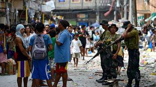 Des soldats philippins dans les rues de Tacloban (Philippines), le 11 novembre 2013. (NOEL CELIS / AFP)