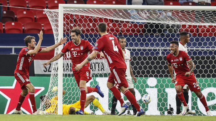 La joie du buteur Javi Martinez et de ses coéquipiers du Bayern Munich. (LASZLO BALOGH / POOL)