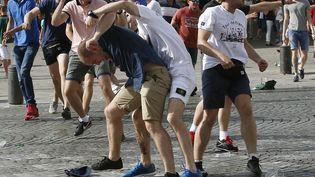 Des supporters anglais et russes s'affrontent sur le Vieux-Port de Marseille, avant le match Angleterre-Russie, le 11 juin 2016. (JEAN-PAUL PELISSIER / REUTERS)