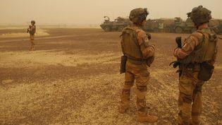 Des soldats françaissurveillent un convoi militaire entre Gossi et Hombori, au Mali, le 26 mars 2019 . (DAPHNE BENOIT / AFP)