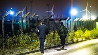 Des migrants cherchent un point d'accès près du site d'Eurotunnel, le 6 août 2015 à Frethun, près de Calais (Pas-de-Calais). (PHILIPPE HUGUEN / AFP)