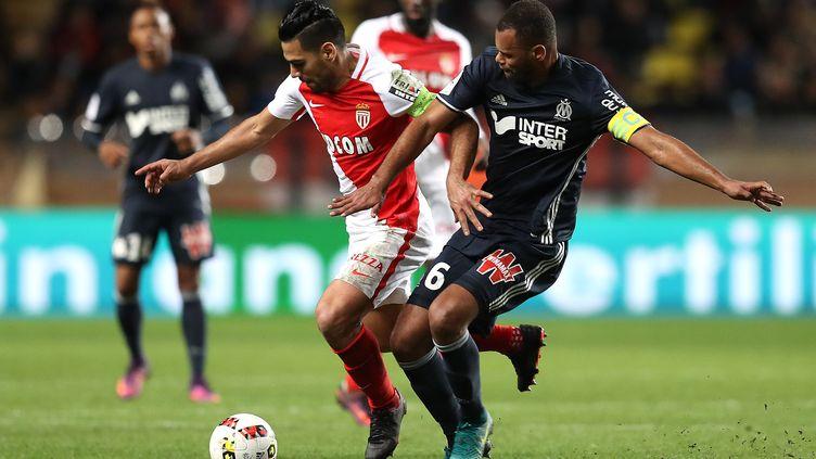 L'attaquant colombien Radamel Falcao (Monaco) au duel avec le défenseur brésilien Rolando (Marseille). (VALERY HACHE / AFP)