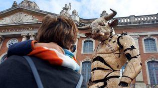 Une Toulousaine et son enfant devant Le Minotaure  (ALAIN PITTON / NURPHOTO)