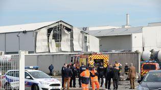 Un hangar a été éventré par la souffre des explosions, dimanche 3 avril 2016 à Bassens (Gironde). (MEHDI FEDOUACH / AFP)