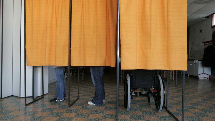 Une personne handicapée vote lors du second tour de l'élection présidentielle de 2007, le 6 mai, à Arras (Pas-de-Calais). (SAMI BELLOUMI / MAXPPP)