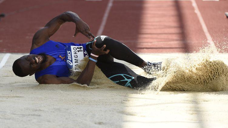 Teddy Tamgho, victime d'une fracture du fémur, hurle de douleur après son saut lors des Championnats de France d'athlétisme 2016 à Angers. (STEPHANE KEMPINAIRE / STEPHANE KEMPINAIRE)