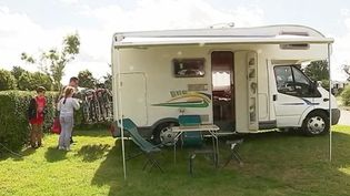Beaucoup d'estivants sont arrivés sur leur lieu de vacances durant le week-end du 22 juillet. À l'image de ceux d'un camping près d'Étretat (Seine-Maritime) en Normandie. (FRANCE 3)