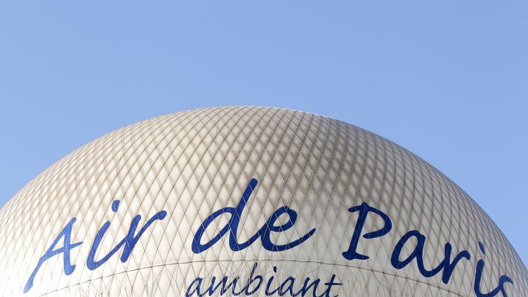 Le ballon d'Airparif, basé au Parc André Citroën (15e arrondissement de Paris) permet depuis 2018 d'effectuer desmesures de polluants de 0 à 300m d'altitude. (KENZO TRIBOUILLARD / AFP)
