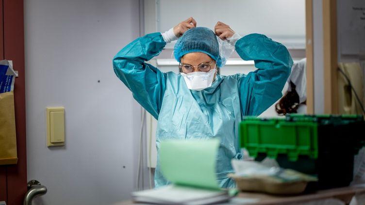 Une soignante ajuste son masque à laclinique Ambroise-Paré de Neuilly-sur-Seine (Hauts-de-Seine), le 28 avril 2020. (JULIE LIMONT / HANS LUCAS / AFP)