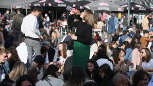 Des jeunes improvisent un apéro géant dans les rues de Rennes, le 19 mai 2021. (MAXPPP)
