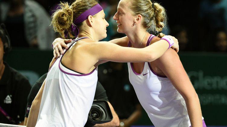 Lucie Safarova et Petra Kvitova après leur confrontation au Masters féminin. (ROSLAN RAHMAN / AFP)