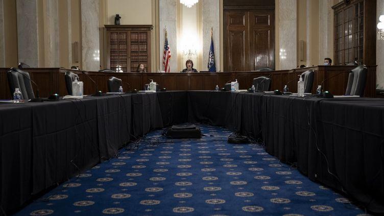 Dans une salle d'audience pratiquement vide, la présidente de la commission, la sénatrice Susan Collins, s'exprime lors d'une audition de la commission spéciale du Sénat sur le vieillissement au Capitole, le 21 mai 2020 à Washington, DC (DREW ANGERER / GETTY IMAGES NORTH AMERICA)
