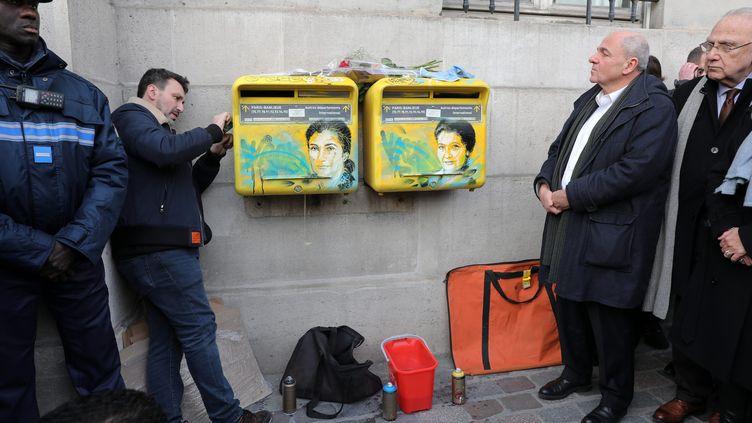 L'artiste C215 restaure les portraits de Simone Veil dégradés par des croix gammées, mardi 12 février 2019 à Paris. (MAXPPP)