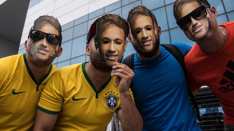 Des fans de Neymar, au Brésil, devant l'hôpital où aura lieu son opération. (NELSON ALMEIDA / AFP)