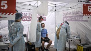 Un homme se fait tester pour le Covid-19, le 29 mai 2021 à Porto (Portugal). (PATRICIA DE MELO MOREIRA / AFP)