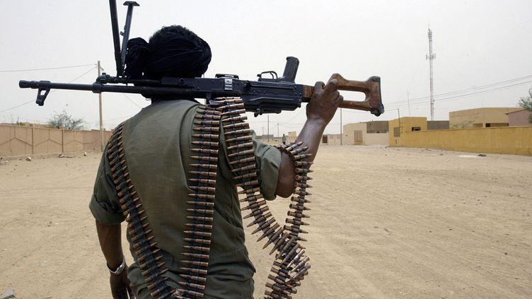 Un soldat malien patrouille dans la ville de Kidal, dans lenord-est du Mali, en mai 2006. (KAMBOU SIA / AFP)