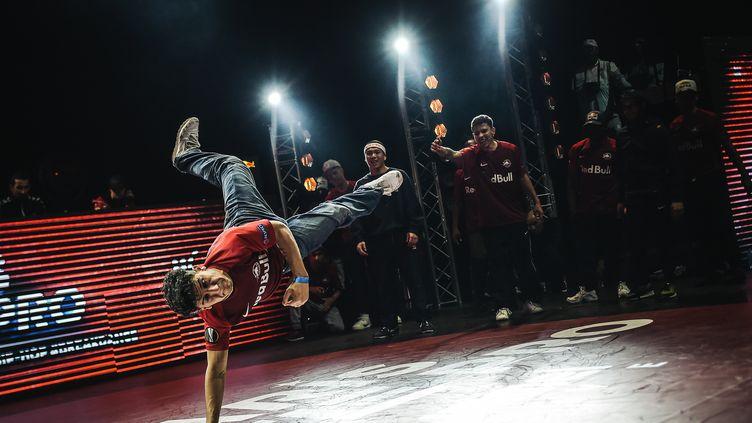 """Un danseur de breakdance à la """"Paris battle pro"""", à La Seine musicale à Paris, le 23 février 2019 (illustration). (LUCAS BARIOULET / AFP)"""