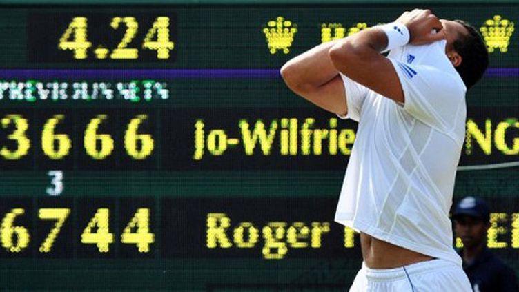 Jo-Wilfried Tsonga laisse exploser sa joie après avoir battu Roger Federer en cinq manches à Wimbledon