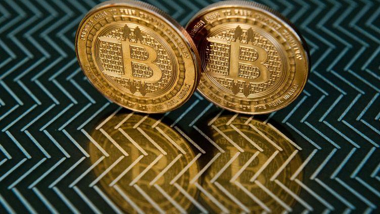 Des bitcoin pris en photo le 17 juin 2014 àWashington DC (Etats-Unis). (KAREN BLEIER / AFP)
