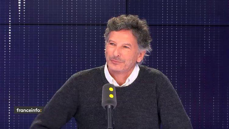 """Nicolas Cuche, le réalisateur de la série """"Les bracelets rouges"""", le 11 mars 2019 sur franceinfo. (FRANCEINFO)"""