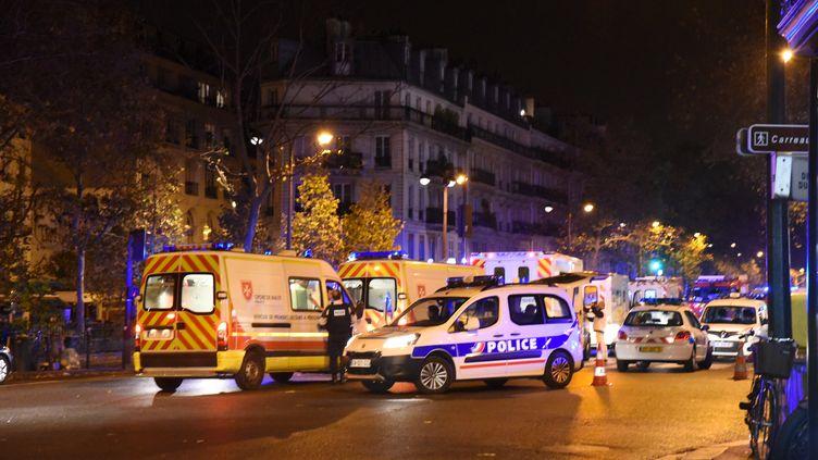 Des ambulances et des forces de police devant le Bataclan, à Paris, le 13 novembre 2015. (BANGALY TOURE / CITIZENSIDE.COM / AFP)