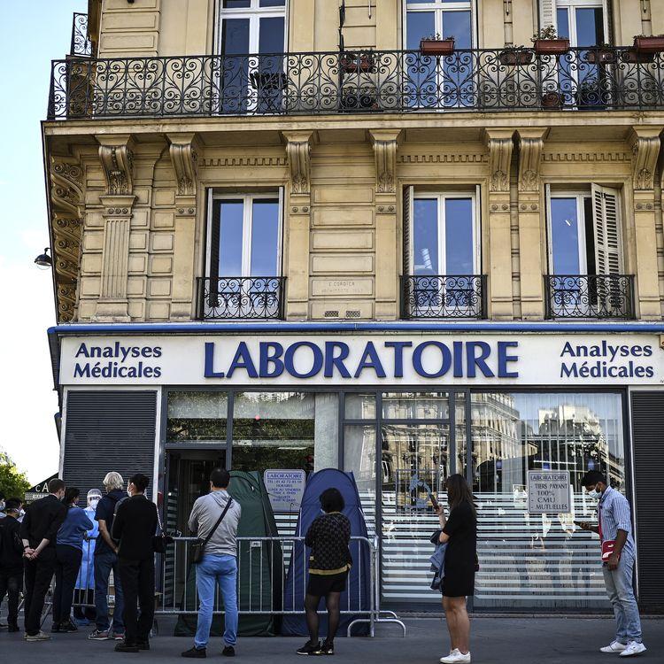 Une file d'attente devant un laboratoire médical, le 4 septembre 2020, à Paris. (CHRISTOPHE ARCHAMBAULT / AFP)
