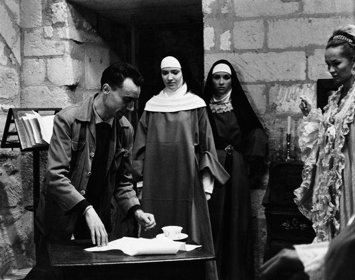 """Jacques Rivette sur le tournage de """"Suzanne Simonin, la religieuse de Drouot"""".  (Kobal The Picture Desk / AFP)"""