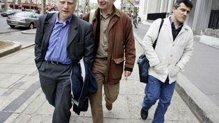 Christophe Prudhomme (à gauche), dans les rues de Paris le 13 avril 2005, accompagné des urgentistes Patrick Pelloux (à droite) et Frédéric Pain (au centre). (PASCAL PAVANI / AFP)