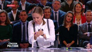 """Charline Vanhoenacker allume un cierge pour François Fillon dans """"L'Emission politique"""", sur France 2, le 27 octobre 2016. (FRANCE 2)"""