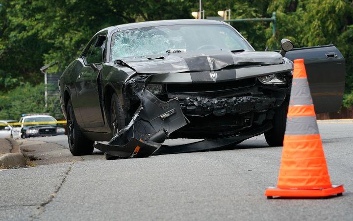 La voiture qui a foncé sur la foule des manifestants antiracistes, à Charlottesville (Virginie, Etats-Unis), le 12 août 2017. (WIN MCNAMEE / GETTY IMAGES NORTH AMERICA / AFP)