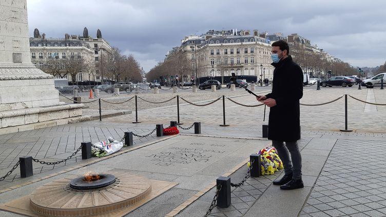 Anthony Chenu en pleine visite virtuelle sur la tombe du soldat inconnu, sous l'Arc de Triomphe à Paris), le 17 février 2021. (ANNE CHEPEAU / RADIO FRANCE)