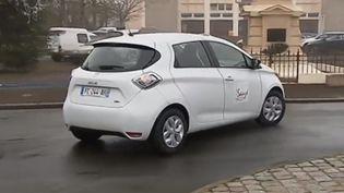 Dans les Deux-Sèvres, à Sauzé-Vaussais, le maire propose à ses concitoyens d'utiliser gratuitement une voiture électrique en autopartage. (CAPTURE D'ÉCRAN FRANCE 3)
