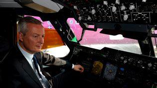 Le ministre de l'Economie, Bruno Le Maire, dans le cockpit d'un Airbus A400M au Bourget (Seine-Saint-Denis), le 21 juin 2017. (ERIC PIERMONT / AFP)