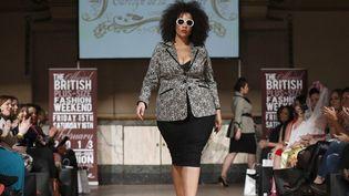 Un mannequin grande taille présente la collection Carolyn de la Drapiere sur le podium du Plus-Size Fashion Weekend de Londre à Shoreditch (16 février 2013)  (Justin Tallis / AFP)