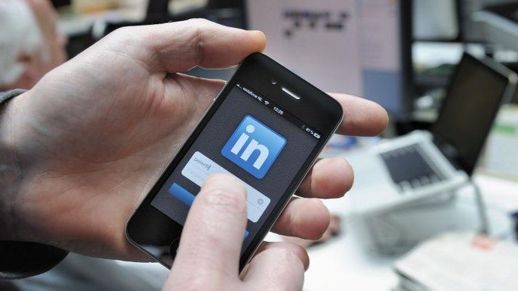 L'application LinkdeIn sur smartphone, en avril 2012. (LEX VAN LIESHOUT / ANP MAG / AFP)