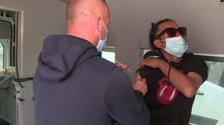 Doudou, 45, est en train de recevoir sa première dose de vaccin. (France 3 Nancy)