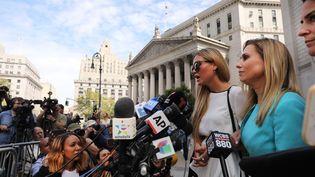 Jennifer Araoz (en robe blanche), l'une des victimes présumées de Jeffrey Epstein, s'exprimeà New York, le 27 août 2019. (SPENCER PLATT / GETTY IMAGES NORTH AMERICA / AFP)